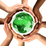 Gemischtrassige Hände um die Erde-Kugel Lizenzfreie Stockfotografie