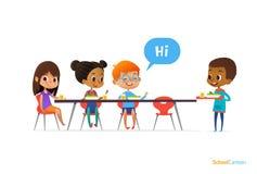 Gemischtrassige Kinder, die bei Tisch in der Schulkantine sitzen und den Neulingsjungen hält Behälter mit Lebensmittel grüßen Ver lizenzfreie abbildung