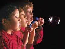 Gemischtrassige Kinder, die Luftblase durchbrennen Lizenzfreie Stockfotos