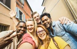 Gemischtrassige Leute der besten Freunde, die draußen selfie nehmen lizenzfreie stockfotografie