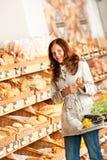 Gemischtwarenladen: Junge Frau in der Bäckereiabteilung Lizenzfreies Stockfoto