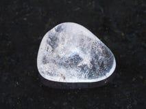 gemma lucidata del cristallo di rocca su buio Fotografia Stock Libera da Diritti