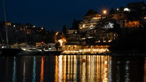 Gemma Mediterranea: Il porto principale di Syvota di notte immagini stock libere da diritti