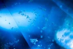 Gemme bleue sous le microscope Image stock