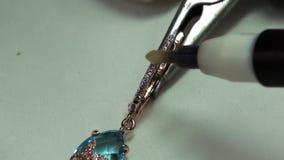 Gemme della pittura acide in gioielli stock footage