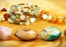 Gemmes de bijoux sur le fond d'or Image libre de droits