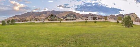 Gemodelleerd gazon voor huizen tegen berg royalty-vrije stock afbeeldingen