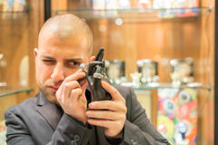Gemologist, der Schmuck kontrolliert Lizenzfreies Stockfoto