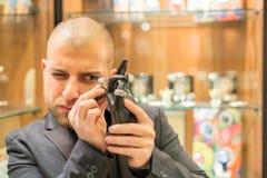 Gemologist som kontrollerar smycken Royaltyfri Foto