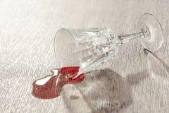 Gemorste rode wijn op een lijst stock afbeeldingen