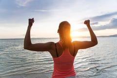 Gemotiveerde vrouw die van vrijheid genieten en succes uitoefenen Stock Foto's