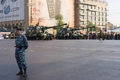 Gemotoriseerde houwitser msta-s op parade van Victory Day op 9 Mei Stock Foto