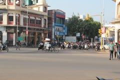 Gemotoriseerde voertuigentribune bij rode verkeerslichten in India Stock Foto's