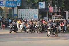 Gemotoriseerde voertuigentribune bij rode verkeerslichten in India Royalty-vrije Stock Foto
