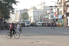 Gemotoriseerde voertuigentribune bij rode verkeerslichten in India Stock Foto