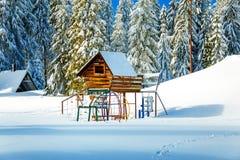 Gemowi Children Powikłani w pięknym halnym śnieżnym krajobrazie Zdjęcie Stock