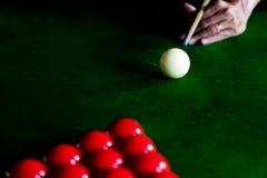 Gemowi snookerów billiards lub otwarcie ramowy gracz gotowy dla piłka strzału, atleta mężczyzny kopnięcia wskazówka na zielonym s zdjęcia royalty free