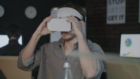 Gemowy projektant jest ubranym VR działanie w zwiększającej rzeczywistości w biurze i słuchawki zbiory