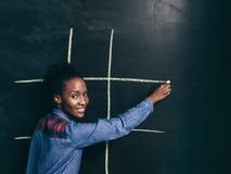 Gemowy tic tac palec u nogi, afroamerican dziewczyna szczęśliwa bawić się Obrazy Stock