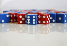 Gemowych sztuk kostka do gry błękita czerwona liczba przypadkowa Fotografia Stock