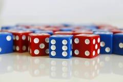 Gemowych sztuk kostka do gry błękita czerwona liczba przypadkowa Zdjęcia Stock