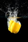 Gemüsepaprikatropfen in Wasser Stockfoto