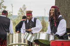 Gemstar parkerar den karibiska stålmusikbandet som utomhus spelar på öppningen av det fria sammankomststället arkivfoton