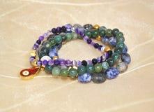 Gemstone bransoletki - ametystowy lapisu lazuli, agat i Zdjęcie Stock
