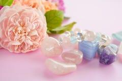 Gemstones med rosa rosor fotografering för bildbyråer