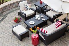 Gemütliche Patio-Möbel auf Luxuspatio im Freien Stockbilder