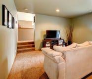 Gemütliches Wohnzimmer mit Arbeitsniederlegungshinterhof-Patiobereich Stockbild