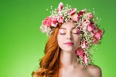 Gemustertes Rothaarigemädchen mit hellem Make-up und ein Kranz des Frühlingsflusses Lizenzfreies Stockbild