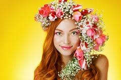 Gemustertes Rothaarigemädchen mit hellem Make-up und ein Kranz des Frühlingsflusses Lizenzfreie Stockbilder
