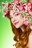 Gemustertes Rothaarigemädchen mit hellem Make-up und ein Kranz des Frühlingsflusses Stockbild