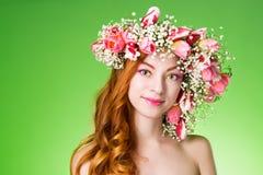 Gemustertes Rothaarigemädchen mit hellem Make-up und ein Kranz des Frühlingsflusses Stockbilder