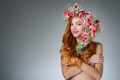 Gemustertes Rothaarigemädchen mit hellem Make-up und ein Kranz des Frühlingsflusses Lizenzfreies Stockfoto