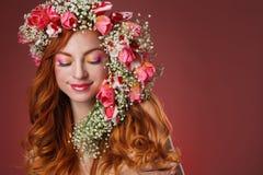 Gemustertes Rothaarigemädchen mit hellem Make-up und ein Kranz des Frühlingsflusses Lizenzfreie Stockfotografie