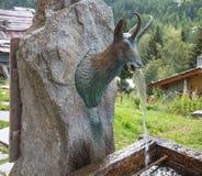 Gemzen gevormde bergfontein in Val D ` Aosta, Italië stock afbeelding