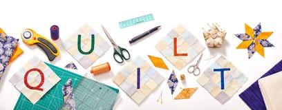 Genähte Buchstaben, bestehend zur Wortsteppdecke umgeben durch Zubehör für Patchwork Stockbilder