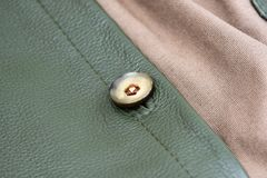 Genähter Knopf auf der Lederhandtasche stockfoto