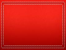 Genähtes Feld auf rotem Leder Lizenzfreie Stockfotos