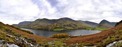 Genähtes Panorama von Buttermere See im Herbst Stockbild