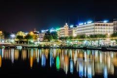 Genève på natten, Schweiz Arkivbild