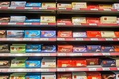 GENÈVE SCHWEIZ - DECEMBER 26, 2016: Hylla av chokladstången på supermarket Royaltyfri Fotografi
