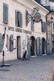 GENÈVE SCHWEIZ - FEBRUARI 28, 2019: Hotell Auberge Communale på den gamla gatan i den Carouge staden, arkivfoto