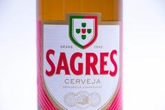 Genève/Schweiz - 10 06 2018: Flaska av spanskt öl Sagres som isoleras på vit Arkivbilder