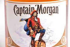 Genève/Schweiz - 13 kan 2018: Ny magnumbuteljtrummaflaska av kapten Morgan Spiced Rum som isoleras på vit Arkivfoto