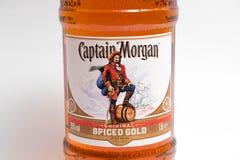 Genève/Schweiz - 13 kan 2018: Ny magnumbuteljtrummaflaska av kapten Morgan Spiced Rum som isoleras på vit Royaltyfri Bild