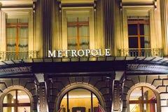 Genève/Schweiz 09 09 18: Ljus för natt för Genève för hotell för Metropole lyxinfall fotografering för bildbyråer