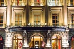 Genève/Schweiz 09 09 18: Ljus för natt för Genève för hotell för Metropole lyxinfall arkivfoto